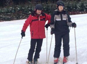"""Maximilian gelang es als """"Neuling"""" am Dienstag ohne Probleme, mit dem Skilift bis nach oben zu fahren. Die Abfahrt übte er dann mit Herrn Maladinsky."""
