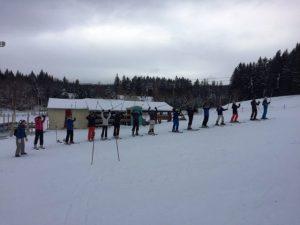 Mit einer fröhlichen Skigymnastik wurde auf dem Paulusberg das 20. Skilager der Martinschule eröffnet.