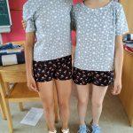 Drei Mädels haben sich den gleichen, kurzen Pyjama genäht. Das dritte Mädchen war zum Foto leider nicht da.