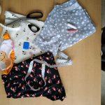 Kurzer Pyjama, Beutel und Schlafmaske